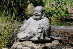ThuisindeTuin.nl tuinbeelden lachende dikbuik boeddha beeld