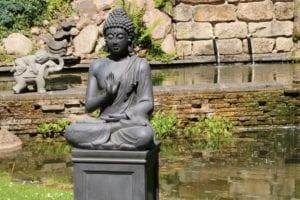 ThuisindeTuin.nl tuinbeelden boeddha beeld groot op sokkel