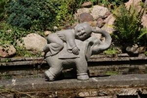 ThuisindeTuin.nl tuinbeelden monnik op olifant