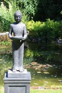 ThuisindeTuin.nl tuinbeelden boeddha beeld staand groot op sokkel