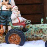 kerstbeeldjes kerstman op tractor polystone beelden